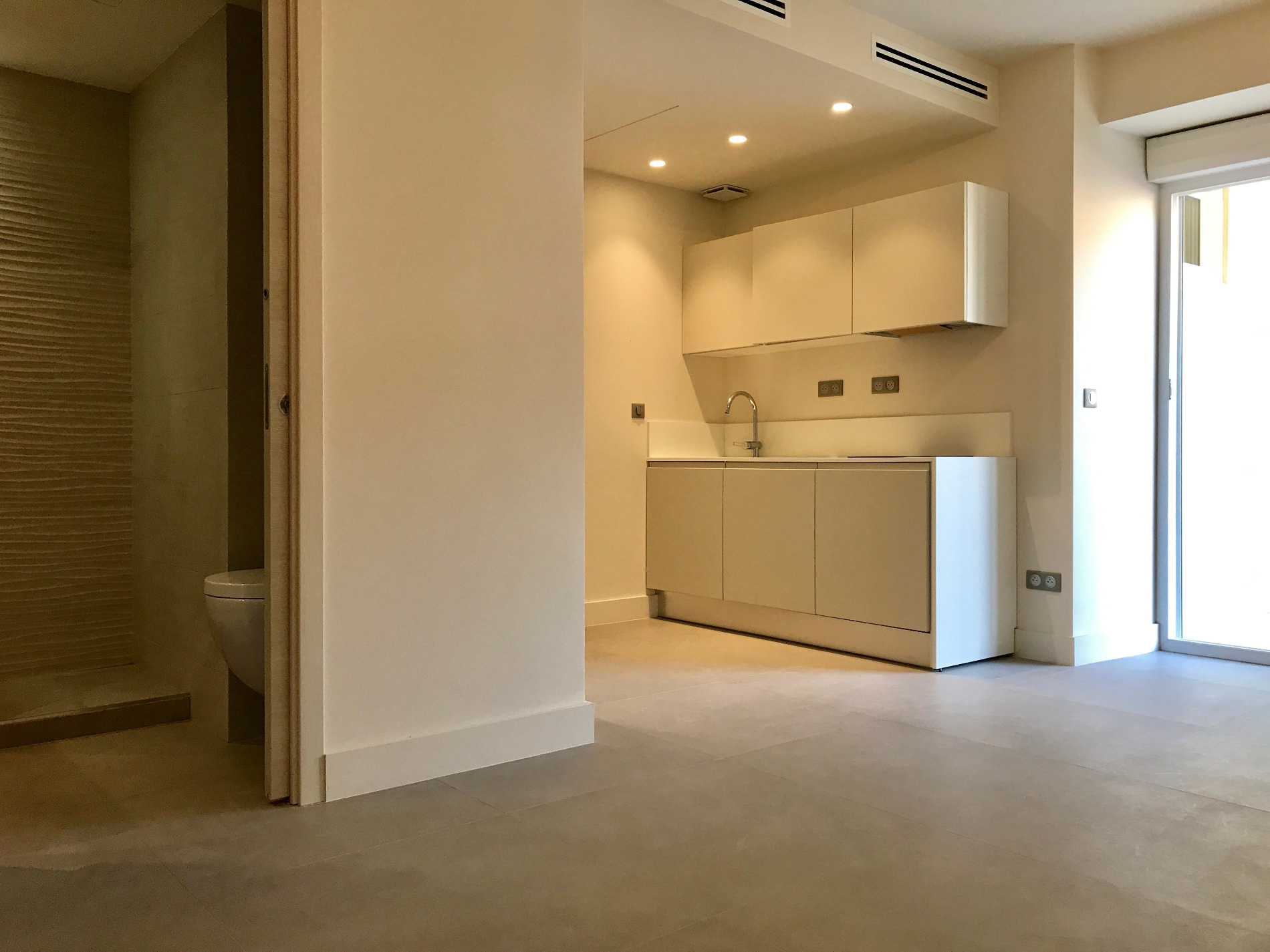 vente superbe studio avec coin nuit dans immeuble r habilit avec terrasse. Black Bedroom Furniture Sets. Home Design Ideas